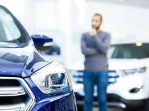 Проверка нового автомобиля в автосалоне